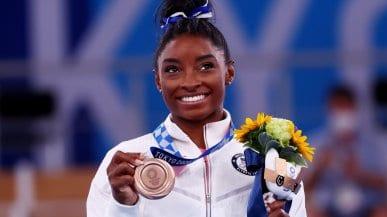 """Simone Biles sul podio, è bronzo alla trave: """"Non siamo solo show, la salute mentale non va nascosta"""""""